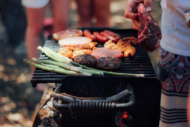 Gemüse und Fleisch auf einem Grill