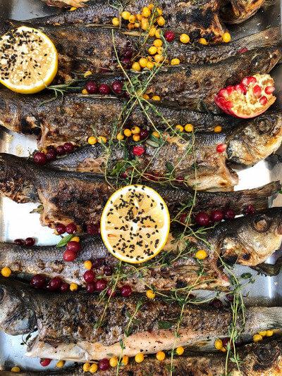 Gegrillte Fische mit Zitronenscheiben dekoriert
