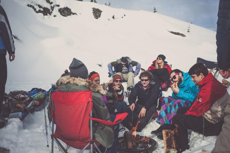 Freunde grillen im Schnee