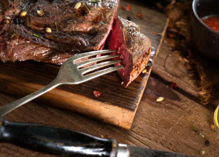 perfekt gegartes Steak auf Brettchen