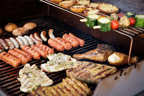 Fleisch, Würstchen und Spieße auf dem Grill