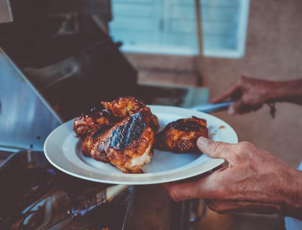 Fleisch vom Grill auf den Teller