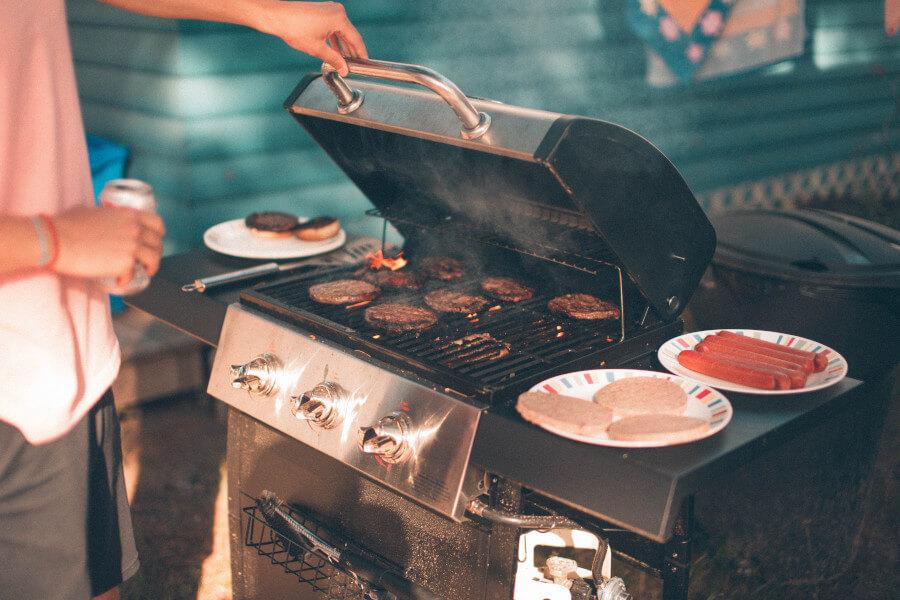 geöffneter Grill mit Fleisch