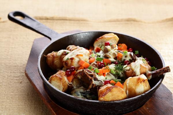 Fleisch und Kartoffeln in einer Pfanne