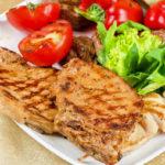Gegrilltes Fleisch und Gemüse auf Teller