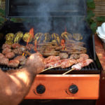 Mehrere Fleischsorten auf Gasgrill