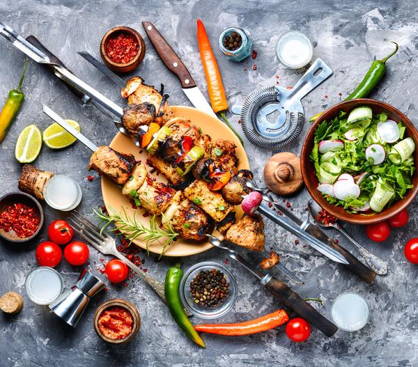 Gegrillte Speisen auf Tisch
