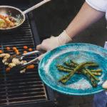 Koch grillt Spargel auf Gasgrill