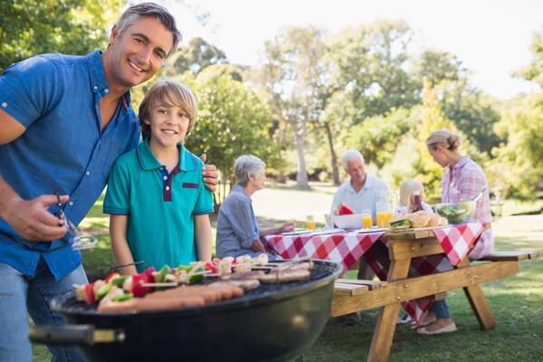 Familien-Grillparty im Garten