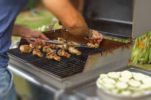 Hähnchenfleisch wird auf einem Gustrost gegrillt